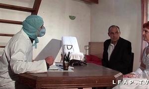 La vieille mariee se fait defoncee le cul chez le gyneco en threesome avec le mari