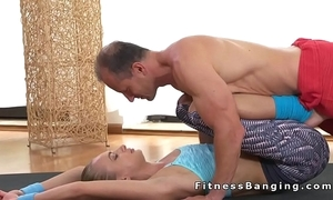Flexible fit blonde copulates their way little at one's fingertips hammer away gym