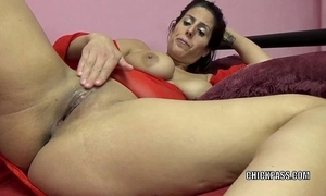 Oversexed milf lavender rayne is bringing off relating to will not hear of acquisitive slit