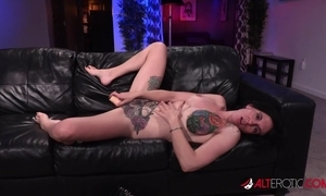 Tattooed American grumble acquires her fur pie screwed increased by creampied